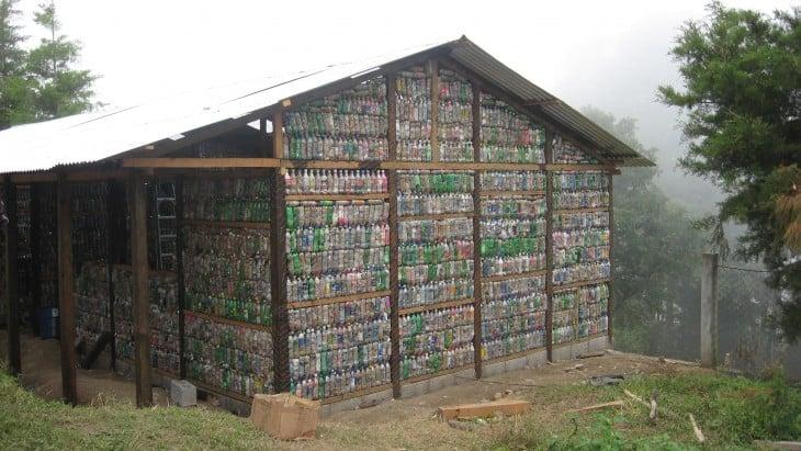 casa hecho con botellas recicladas