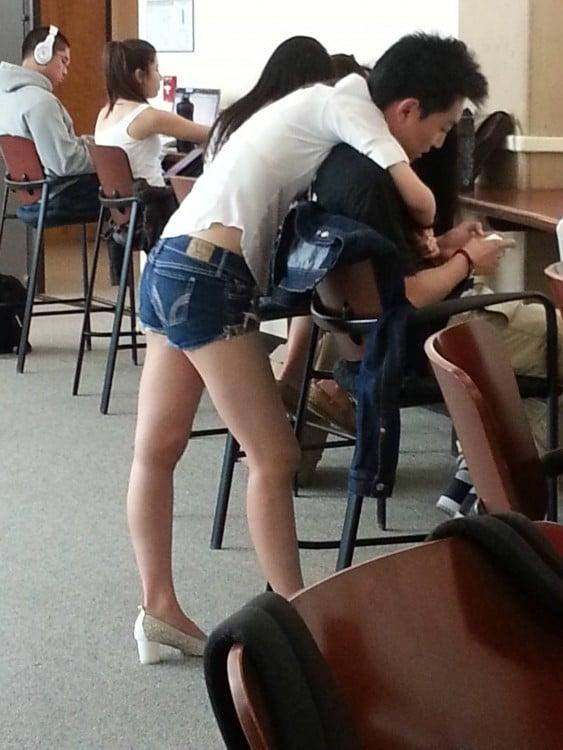 Imagen de una chica abrazando a un chico que esta sentado