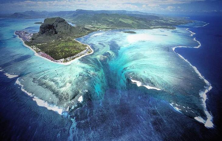 Imagen que muestra un mapa que parece tener un agujero en la mitad del mar