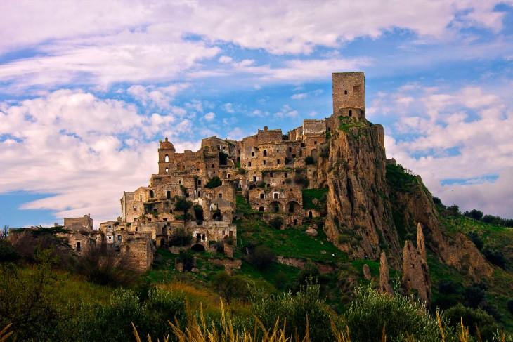 ciudad abandonada ubicada en Craco, Italia