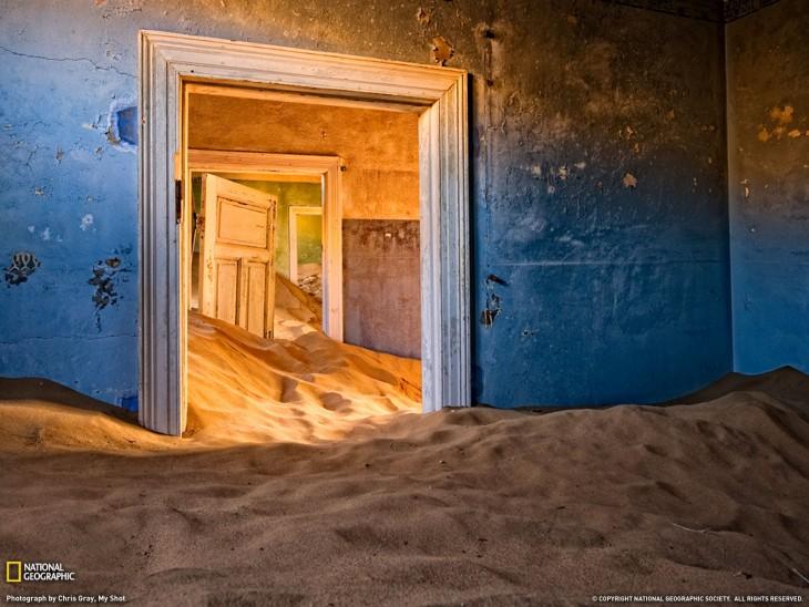 Casa abandonada ubicada en el desierto de Namibia
