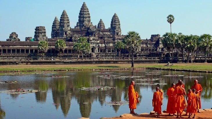 Monjes budistas en el Angkor Wat, Camboya