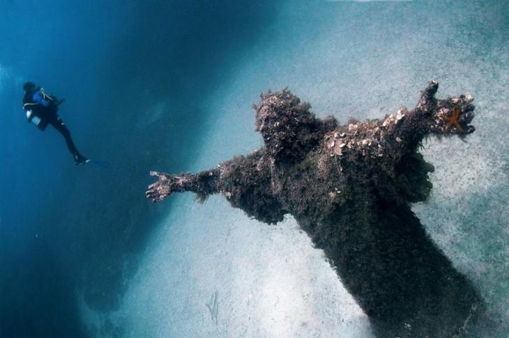 Estatua de cristo del abismo en Italia