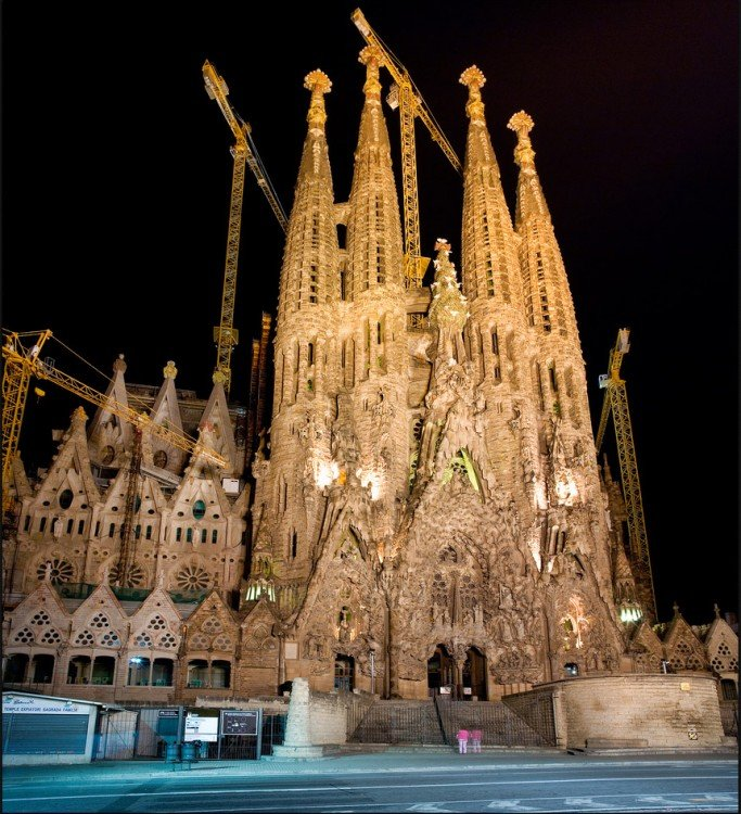 Fachada de La Sagrada Familia en Barcelona, España