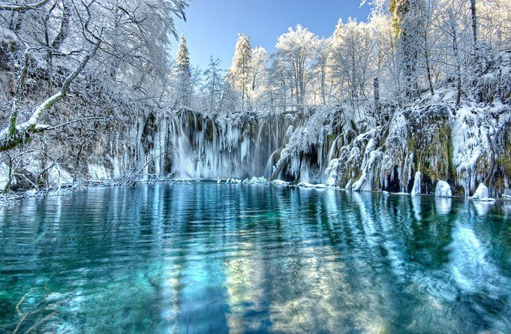 Lago nevado en el parque nacional Plitvice en Croacia