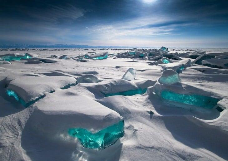 Hielo de color turkeza en el Lago Baikal, Rusia