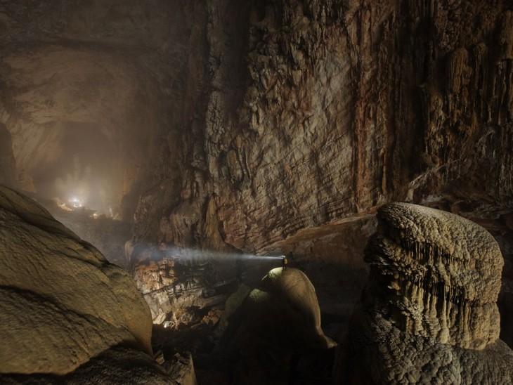 fotografía de una persona dentro de la cueva Hang Son Doong en Vietnam