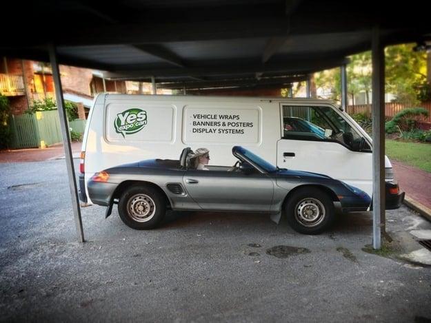 carro pintado en una van