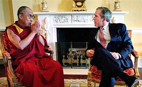 Dalai Lama en una reunión con George Bush