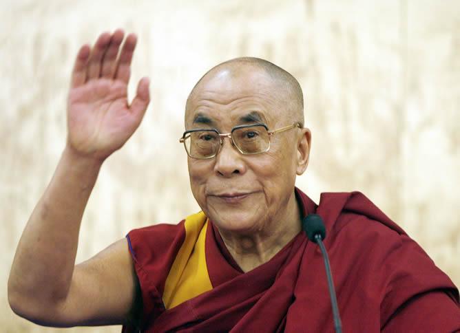 Dalai Lama saludando