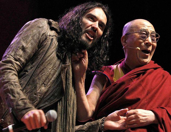 Dalai Lama con Russel Brand en un concierto