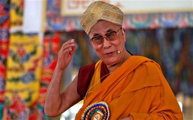 Dalai lama con vestimenta protocolar