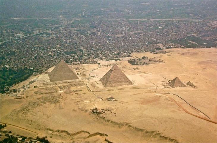 piramides de giza en egipto y su vista aerea