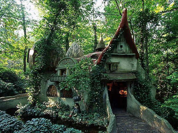 Casa magiga en el bosque de holanda