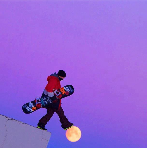 chico skeatboard pisando la luna