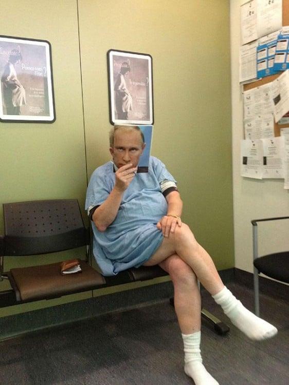 Un hombre sentado en la sala de un hospital con una revista frente a su cara