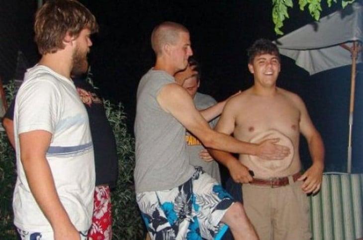 un chico golpeando a un chico en el estomago formando un círculo