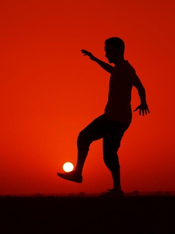 foto a contra luz de un hombre jugando con el sol