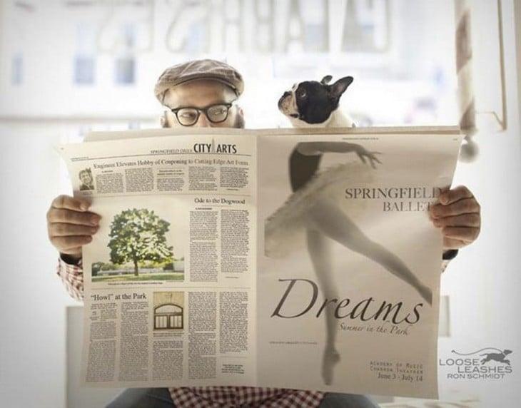 un chico con un periódico frente a él junto a un perro que parece tener cuerpo de bailarina