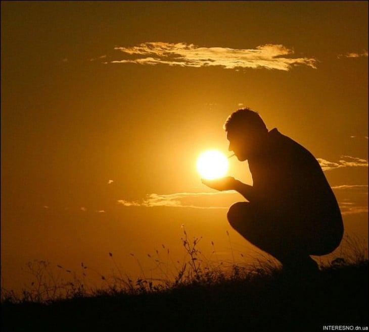 imagen de un hombre que simula estar encendiendo un cigarro con el sol