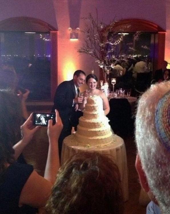 foto en una boda de una mujer que parece tener un vestido de pastel