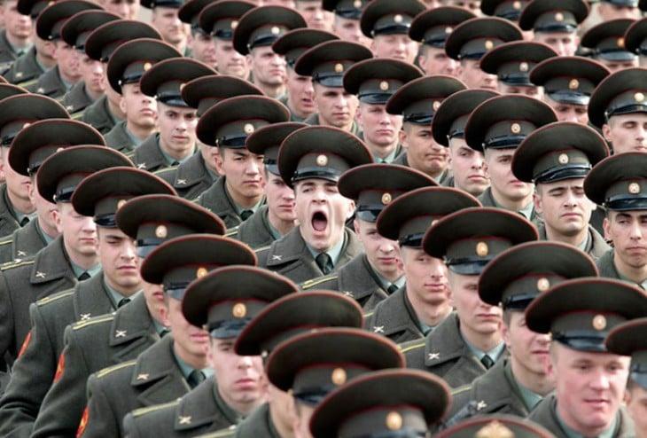 Lineas de soldados formados mientras uno esta bostezando