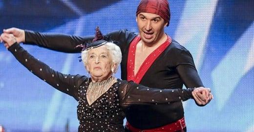 abuela bailando salsa