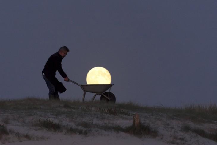 acarreando la luna en la noche