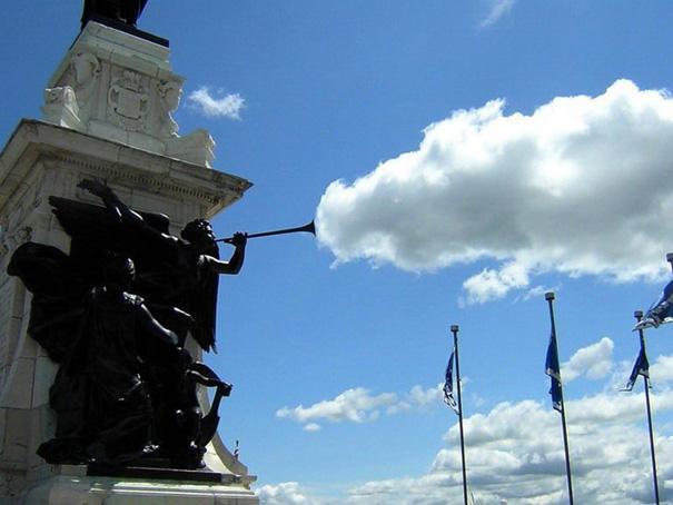 estatua sopla nubes al cielo
