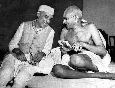 mahatma ghandi hablando con el primer ministro nehru