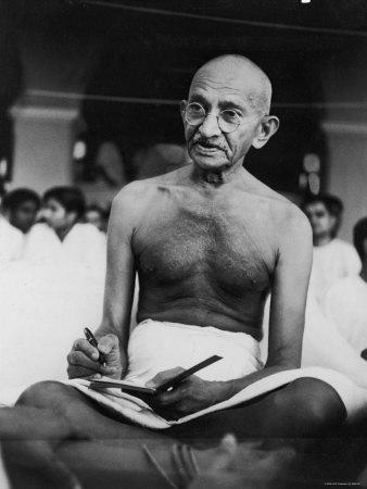 mahatma-ghandi escribiendo en su cuaderno
