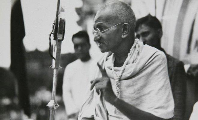 mahatma-ghandi hablando por micrófono a una audiencia