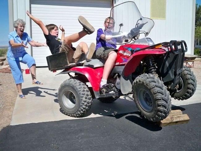 jugando con la moto se caen y la abuela detras