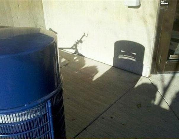 sombra de un tacho de basura demonio