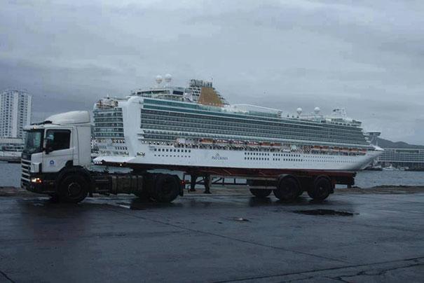 trailer remolcando un crucero