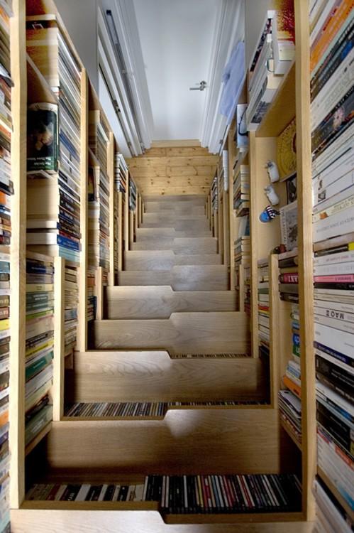 Escalera rodeada por la biblioteca