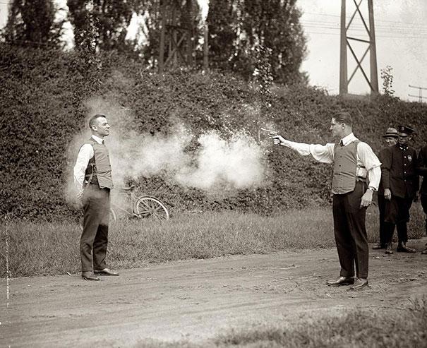 5. Probando el nuevo chaleco antibalas, 1923