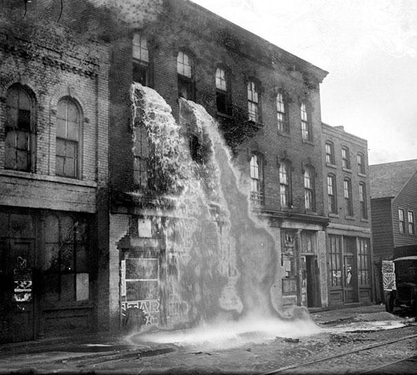 Alcohol ilegal, siendo derramado durante la ley seca, Detroit, 1929