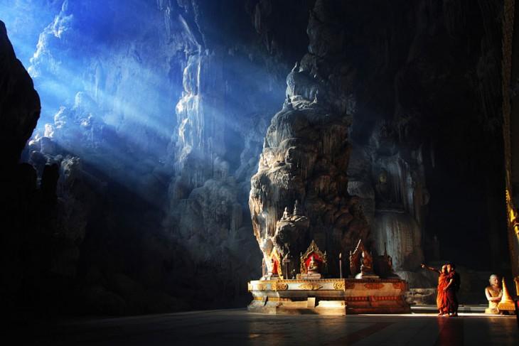 Monjes dentro de la caverna marina Kyautt en Tailandia