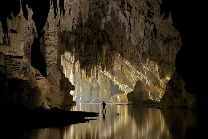 Hombre dentro de una cueva escondida en Tailandia