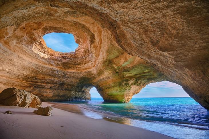 Cueva marina ubicada en Algarve, Portugal