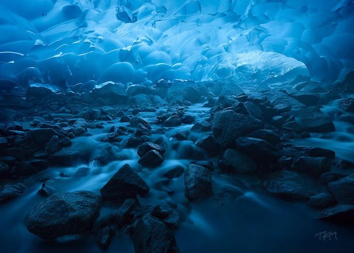 Impresionante cueva ubicada en el Glaciar Mendenhall en Alaska, Estados Unidos