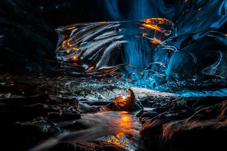 Persona dentro de la cueva del glaciar Vatnajokull en Islandia