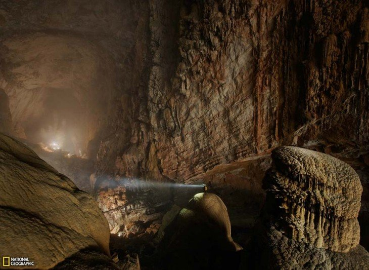 Minero dentro de la Cueva Son Doong en Vietnam