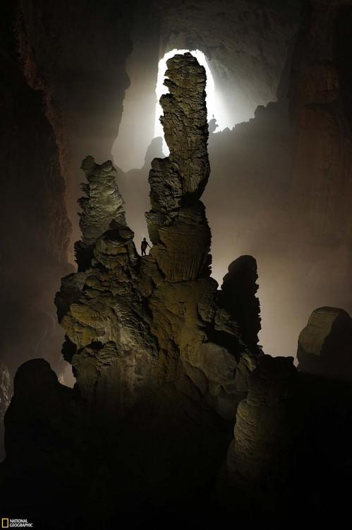 Grandes rocas dentro de la Cueva Son Doong en Vietnam