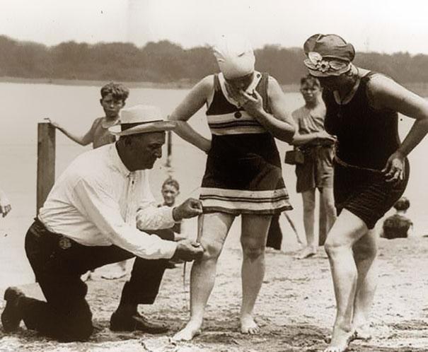 Medición de trajes de baño, si eran muy cortos, las mujeres eran multadas, 1920