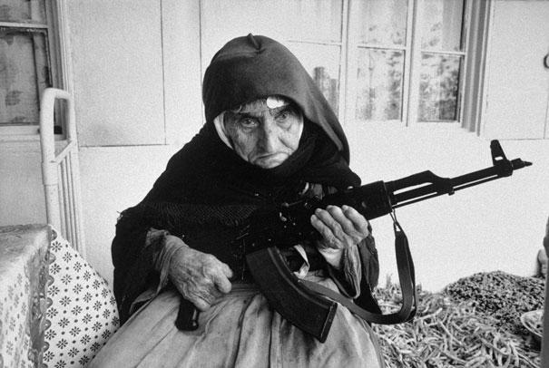 Mujer Armenia de 109 años, cuidando su casa, 1990