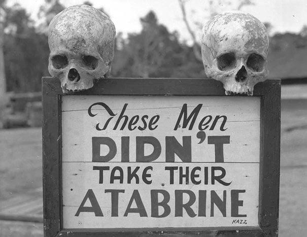 Publicidad de Atrabine, medicina contra la malaria, en Papua, Nueva Guinea, durante la segunda guerra mundial