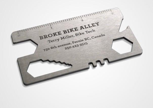Múltiples-herramientas de bicicletas en la tarjeta de un técnico