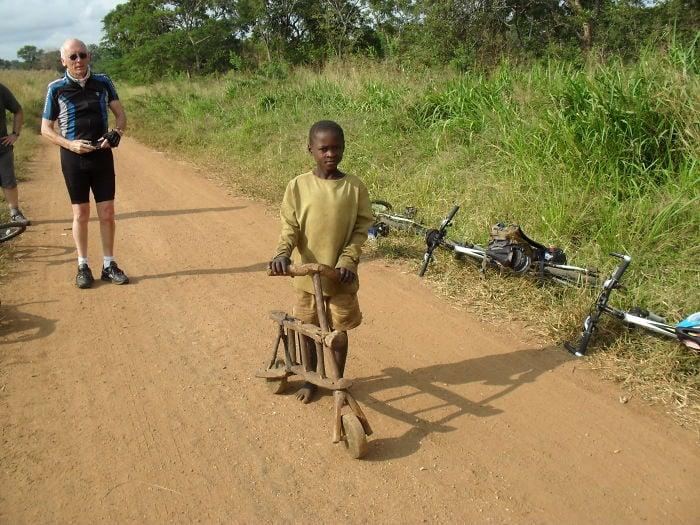 29. Tanzania, Este niño nos muestra orgulloso su bicicleta